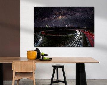 Lange blootstelling van snelweg 661 met melkweg en Frankfurt skyline van Fotos by Jan Wehnert