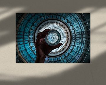 Lensbal met hand en grote turquoise glazen koepel van Fotos by Jan Wehnert
