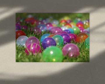 Kleurrijke ballen in het gras van Bianca Grüneberg
