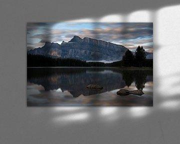 Mount Rundle en Two Jack Lake, Banff National Park, Alberta, Canada van Alexander Ludwig