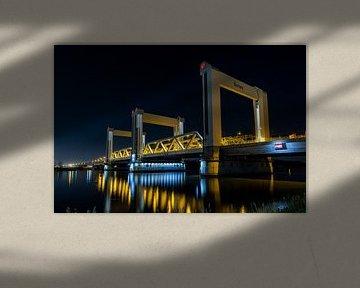 Nachtfoto van de Botlek burg over de Oude Maas bij Rotterdam, Spijkenisse van Marcel van den Bos