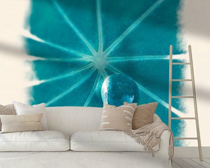 Sfeerimpressie behang: Dauwdruppel op blad van Tot Kijk Fotografie: natuur aan de muur