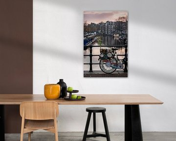 Vélo avec des cloches sur les canaux d'Amsterdam