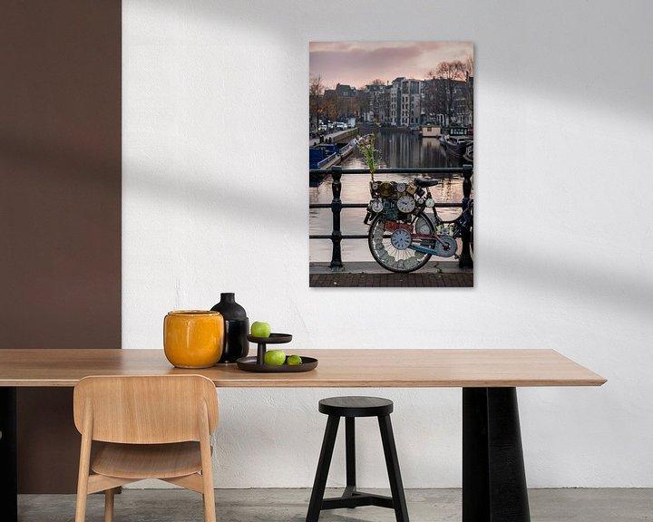 Sfeerimpressie: Fiets met klokken op de Amsterdamse grachten van Andrea de Jong