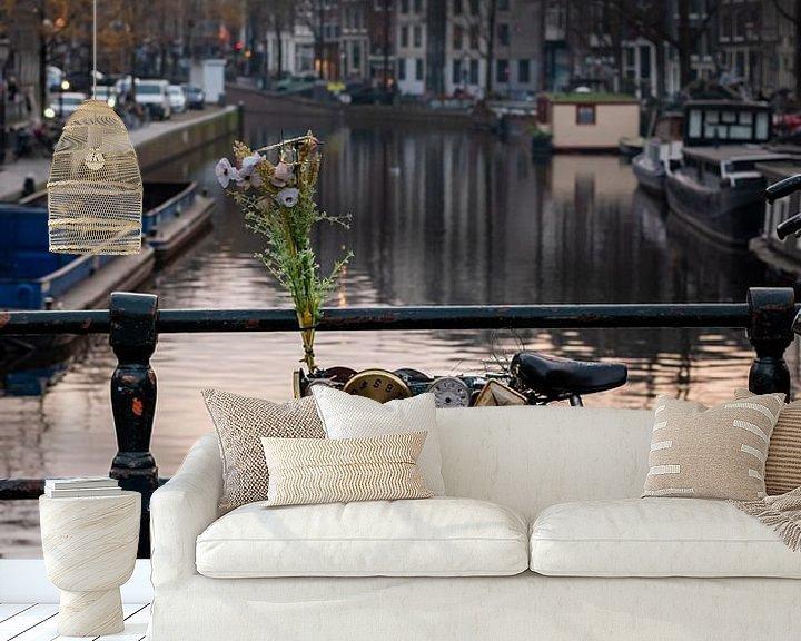 Sfeerimpressie behang: Fiets met klokken op de Amsterdamse grachten van Andrea de Jong