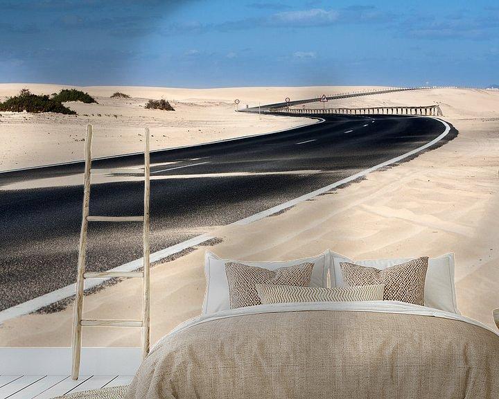 Sfeerimpressie behang: Geasfalteerde snelweg bij Olivia op Fuerteventura van Peter de Kievith Fotografie
