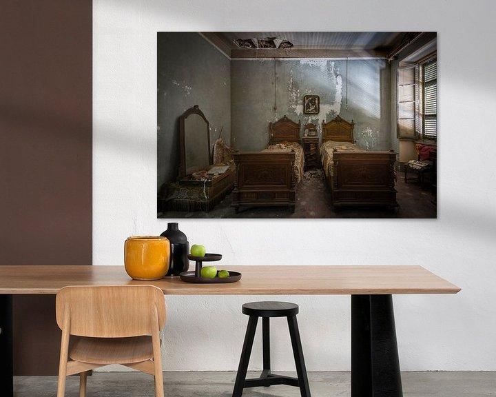 Sfeerimpressie: Zeer antieke slaapkamer in verval van Perry Wiertz