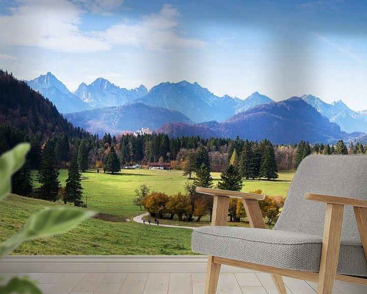 Sfeerimpressie behang: Kasteel Neuschwanstein en Alpenpanorama van Frank Herrmann