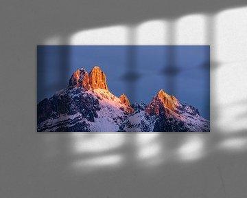 """Paysage de montagne """"Les premières lumières sur la montagne"""". sur Coen Weesjes"""
