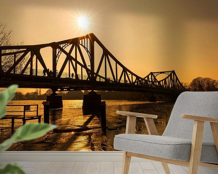 Sfeerimpressie behang: Glienicke Bridge bij zonsondergang van Frank Herrmann