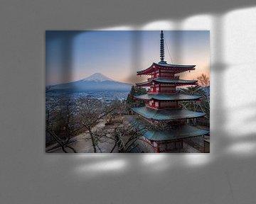 Pagode met uitzicht over de Mount Fuji, Japan van Teun Janssen