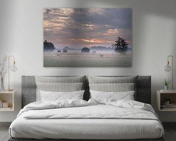 Sonnenaufgang im Nebel mit Pferden von Atelier van Saskia