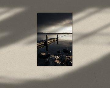 Dreigende luchten boven de steiger aan het Oostvoornse Meer van Marleen Savert