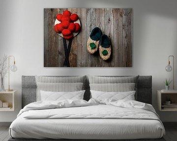 vieux chapeau Bollen avec des chaussures de paille devant un mur en bois