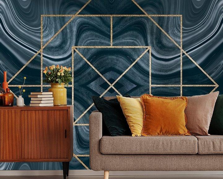 Sfeerimpressie behang: Art Deco Tegel Goud Blauw van Andrea Haase
