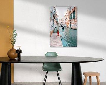 Venedig, eine Gondel auf einem Kanal in Italien von Dymphe Mensink
