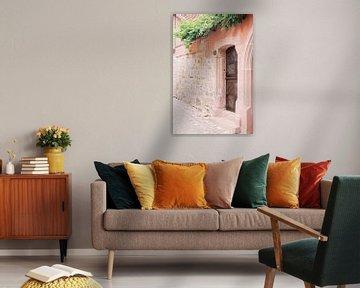 Holztor in rosa Wand | Pastell Reise Foto Wandkunst Frankreich von Milou van Ham