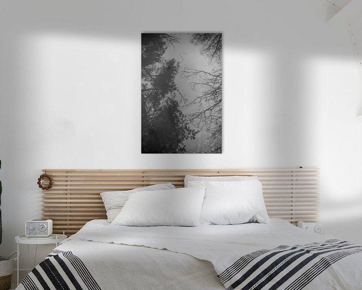 Sfeerimpressie: Spiegelbeeld van bomen | reflectie | zwart wit van Mascha Boot