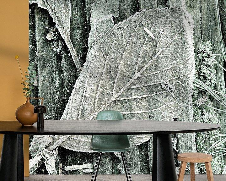 Sfeerimpressie behang: Bevroren herfstbladeren van Ina Hölzel