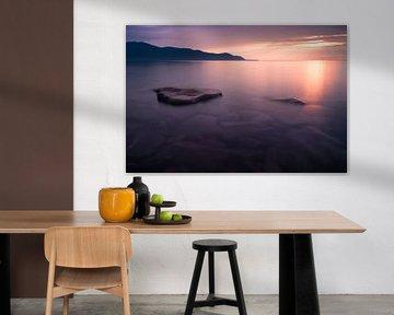 Coucher de soleil rose - les eaux claires du Baïkal. sur Michael Semenov