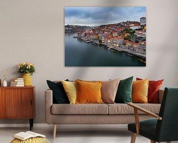 Kleurrijk Porto en de Douro rivier in Portugal van Teun Janssen