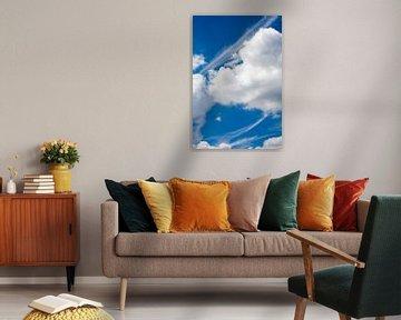 Blauwe lucht met mooie wolken en strepen van Peter de Kievith Fotografie