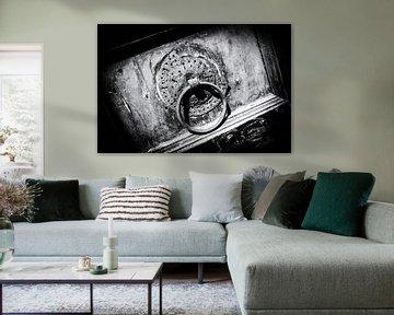 Alte Tür mit Türklinke in Kreta, Griechenland | Schwarz-Weiß-Detailfoto I Straßenfotografie von Diana van Neck Photography