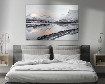 Reflexion auf dem Wasser im norwegischen Lappland von Henrike Schenk