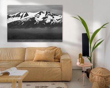 Isländische Berge in Schwarz und Weiß von Manon Verijdt