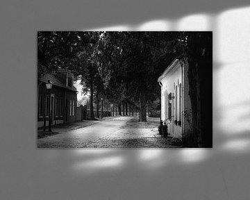 In Schwarz und Weiß eine alte Gasse in Thorn von J..M de Jong-Jansen