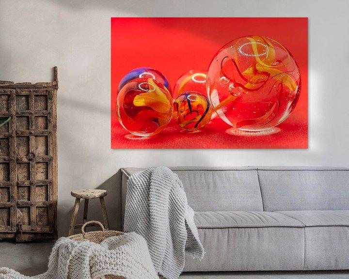Sfeerimpressie: Close up van glazen knikkers met gekleurde rook in de bollen van Henk Hulshof