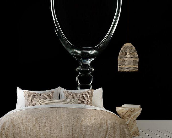 Sfeerimpressie behang: Low key afbeelding van een wijnglas van Kim Willems