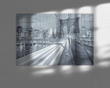 Eine Schwarz-Weiß-Aufnahme der Brooklyn Bridge in Manhattan, New York. Im Hintergrund wird die Skyli von Bas Meelker