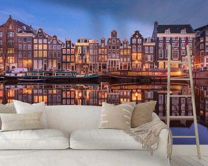 Sfeerimpressie behang: Amsterdam Singel Panorama Blauwe Uur van Vincent Fennis