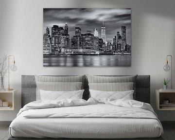 Schwarz-Weiß-Fotografie der Skyline von Manhattan in New York, USA, bei Nacht. Das Licht der Wolkenk von Bas Meelker