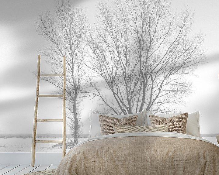 Sfeerimpressie behang: Twee bomen in de sneeuw van Frank Herrmann
