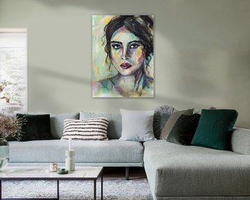 Portrait abstrait et coloré d'une femme aux cheveux noirs