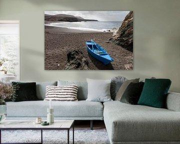 Bateau à rames bleu sur la plage d'Aluy à Fuerteventura sur Peter de Kievith Fotografie