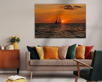 Zeilboot naar zonsondergang van Wilco Bos