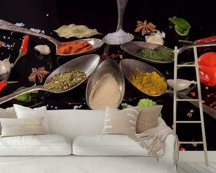 Sfeerimpressie behang: Stilleven met kruiden op tafelzilver van Marjan Noteboom
