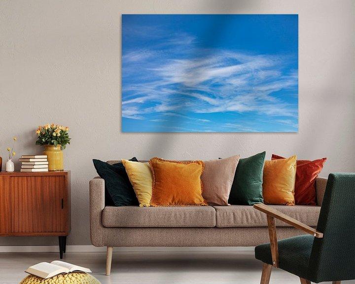 Sfeerimpressie: Sluierwolken tegen blauwe lucht van Percy's fotografie