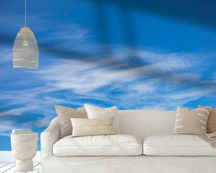 Sfeerimpressie behang: Sluierwolken tegen blauwe lucht van Percy's fotografie