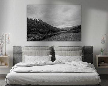 Schwarze und weiße Landschaft   Island   Dramatische Wolken von Floor Bogaerts