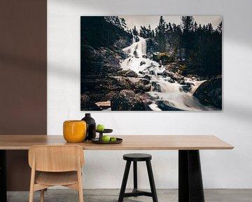 Mooie grote waterval in zweden Vassbotten Älgafallet van Fotos by Jan Wehnert