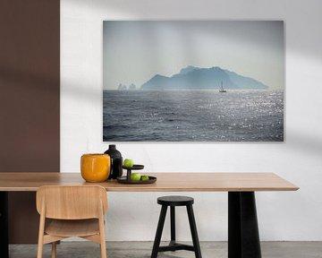 Ein Segelboot segelt vor einer Insel an der Amalfiküste in Italien von Esther Mennen