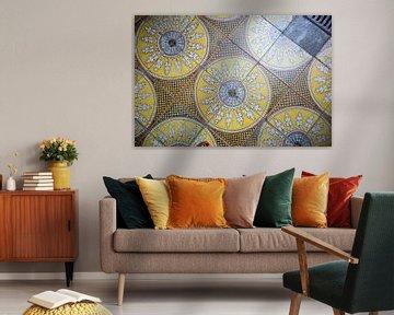 Gelbes Muster im Boden einer italienischen Kirche von Esther Mennen