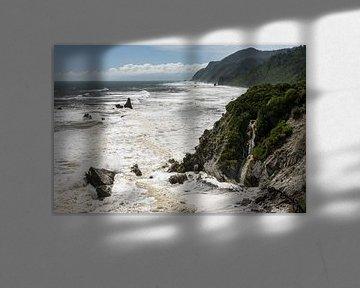 Kliffen, rotsen en waterval bij Gentle Annie, Noordereiland, Nieuw-Zeeland van Paul van Putten