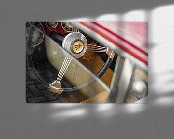 Klassiek en fraai afgewerkt stuur van de Maserati 1500 Gran Turismo. van Xander Verweij