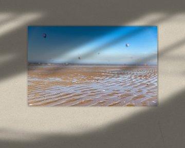 Nahaufnahme nasser Sand mit Kite-Surfern von Percy's fotografie