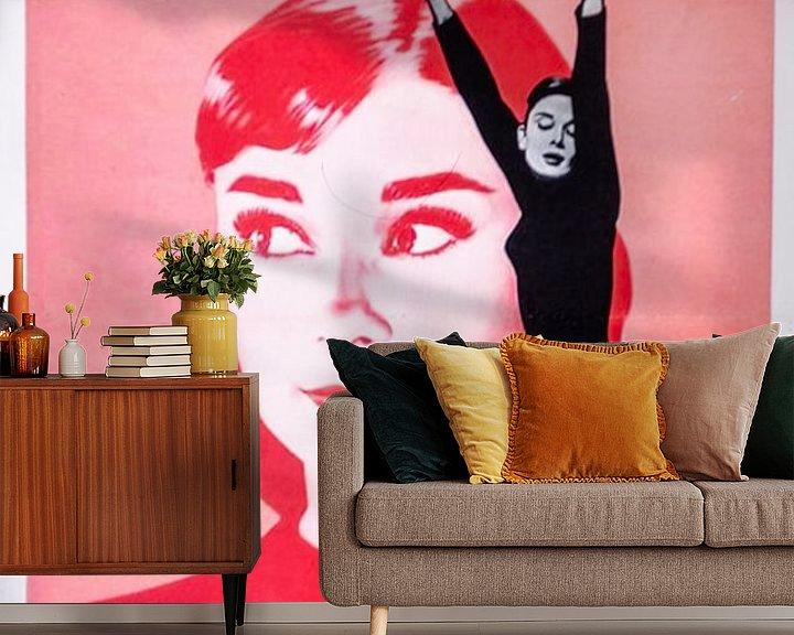 Sfeerimpressie behang: Filmposter Funny Face  met Audrey Hepburn van Brian Morgan